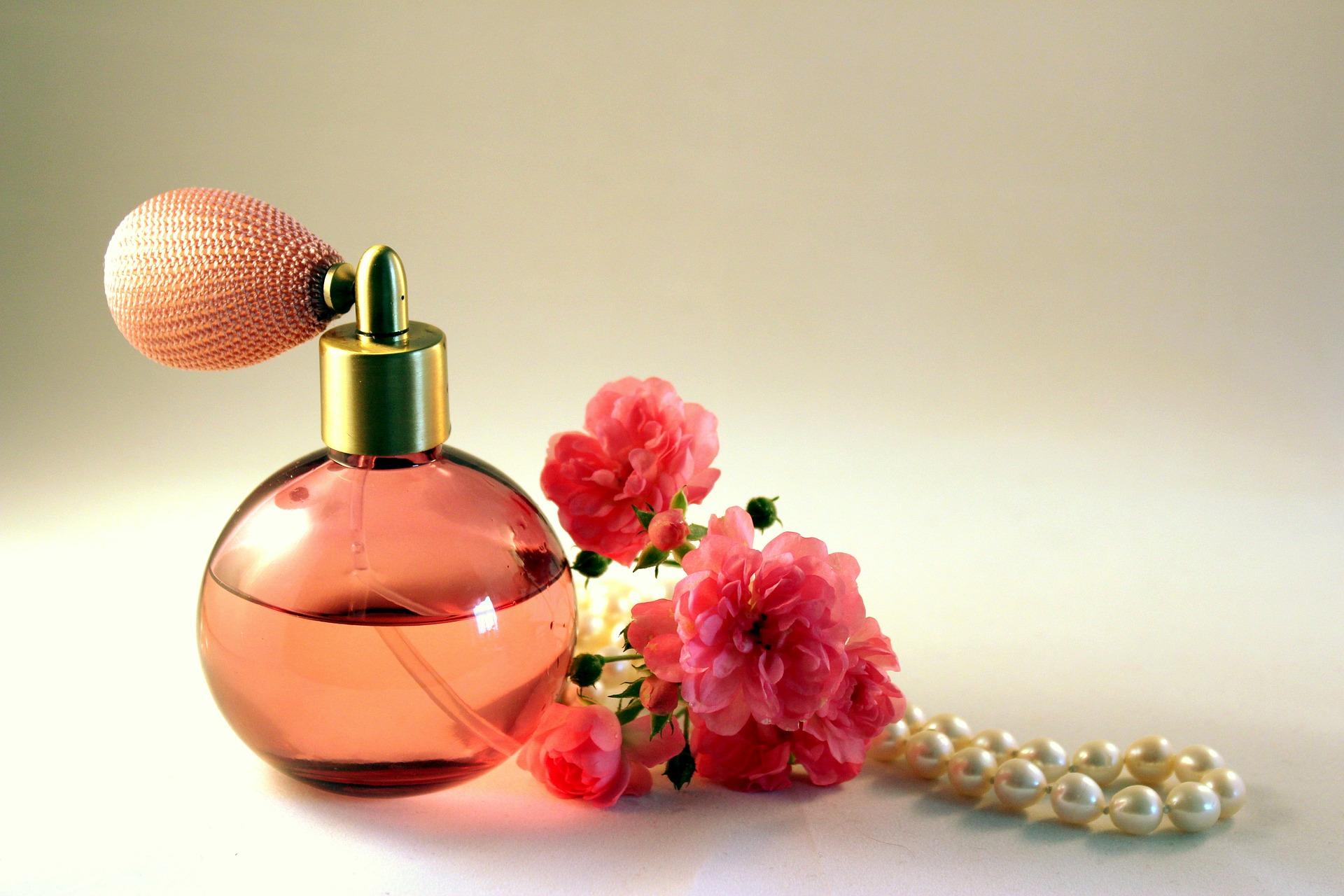 Куда лучше наносить парфюм, чтобы аромат держался дольше?